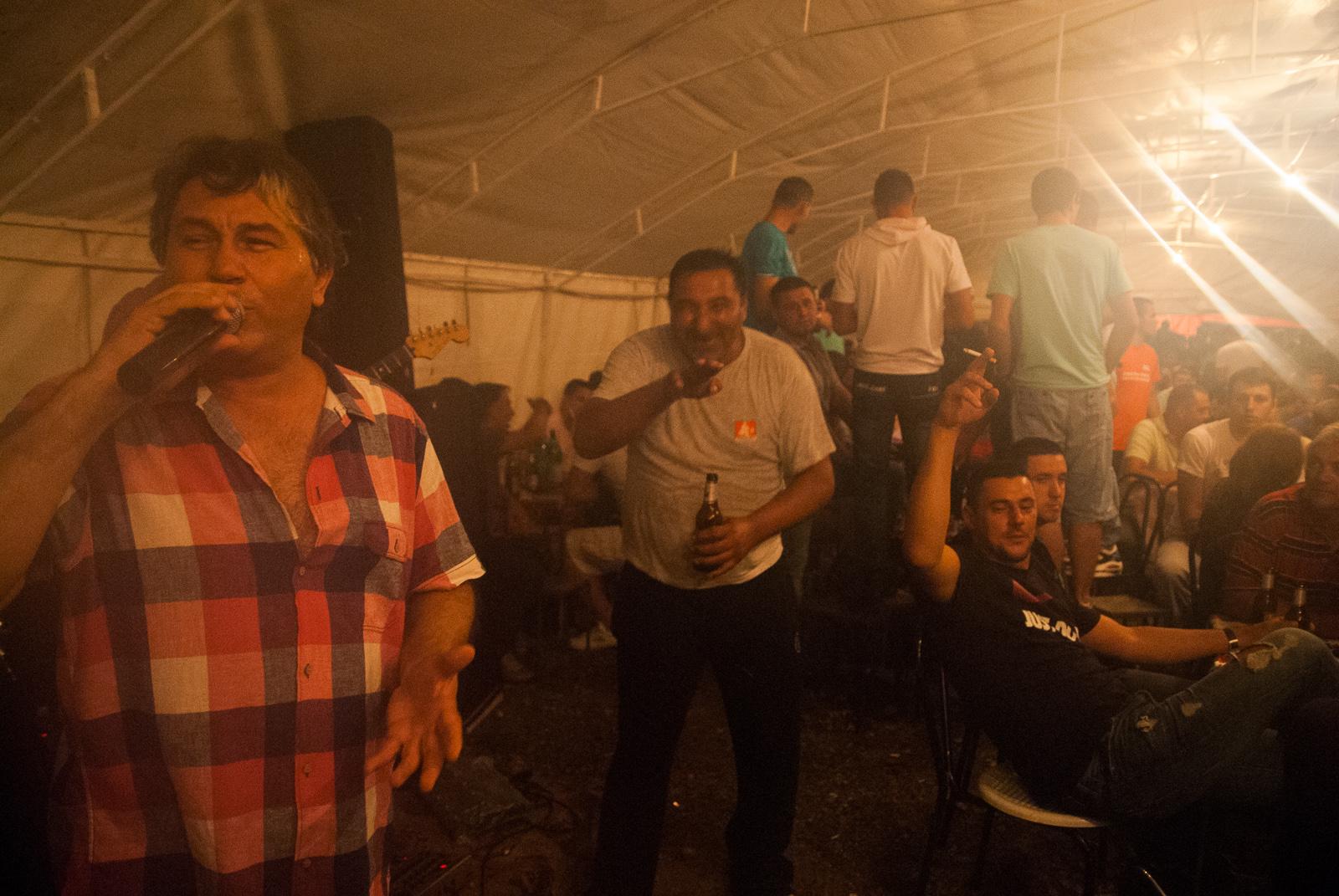 Halid Muselinović (napred) i lokalni pijanica-zabavljač u pozadini